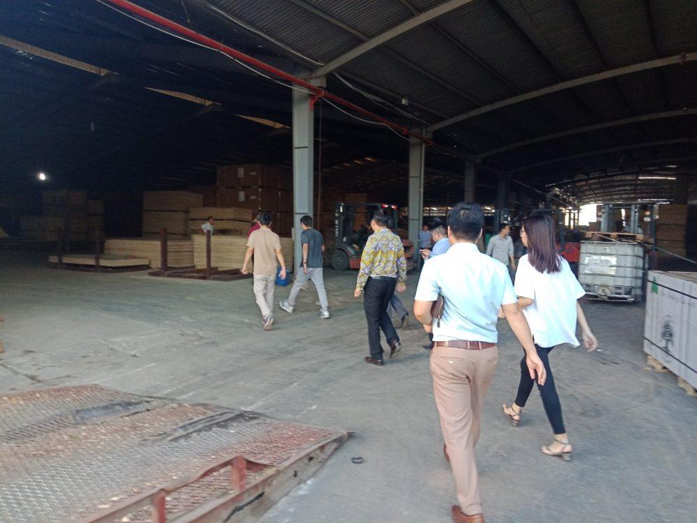 Khách hàng khảo sát nhà máy sản xuất - chế biến gỗ