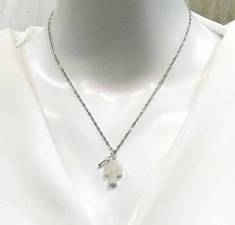 Mặt dây chuyền thánh giá được làm từ thạch anh pha lê