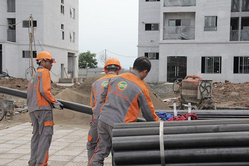 Đội ngũ công nhân tại công trường đang vận chuyển vật tư
