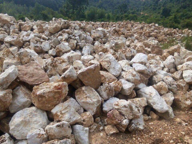 Các khối thạch anh trắng thô được khai thác tại mỏ Bắc Kạn